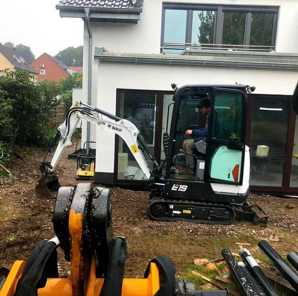 Bagger bei Gartenarbeiten