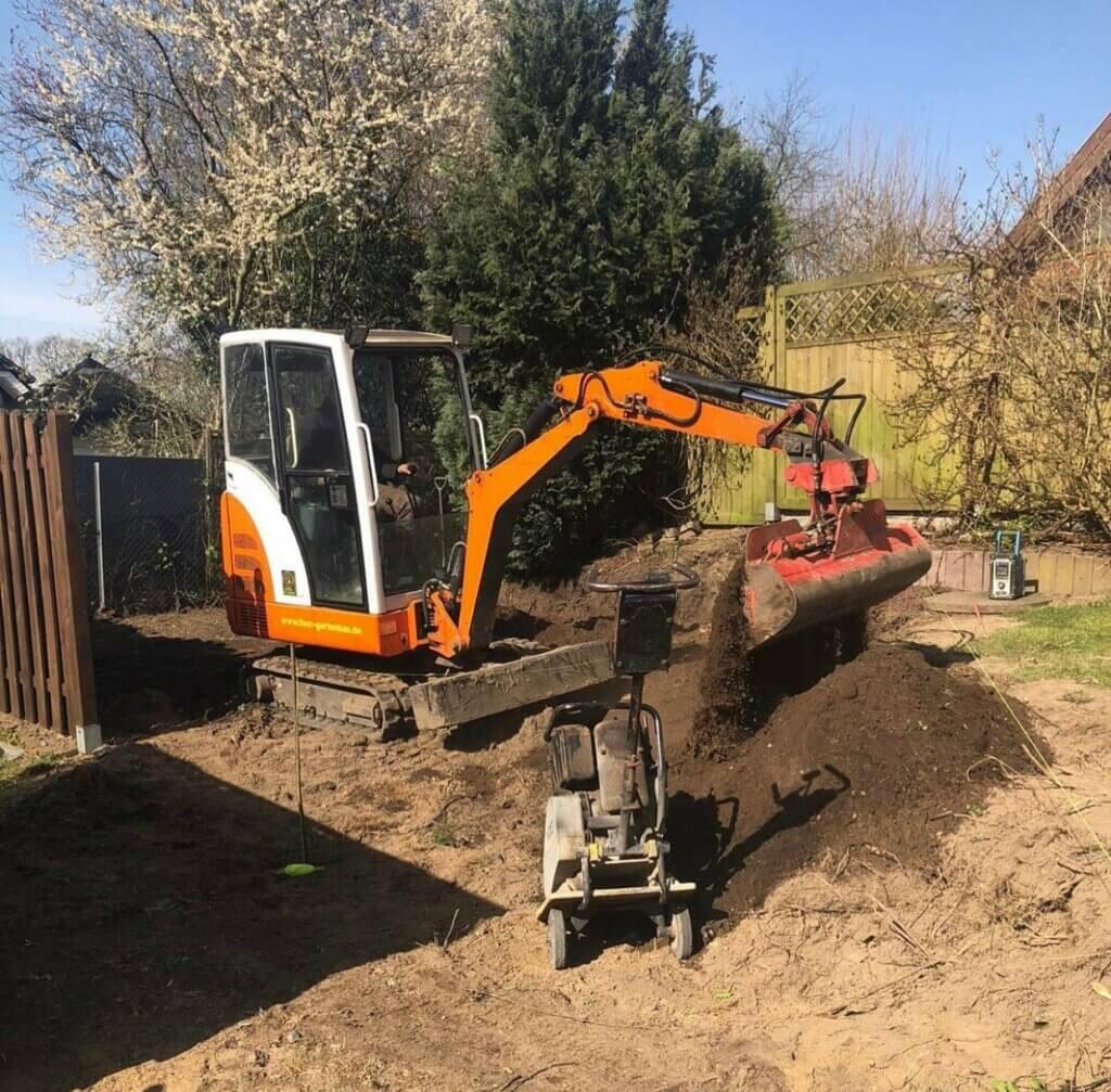 Bagger beim Gartenbau Landschaftsbau